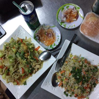 Bữa tối của chị em mình ở quán ăn ngay kế bên văn phòng Joyous Journey ở Yangon